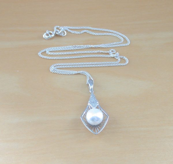 white freshwater pearl necklace uk